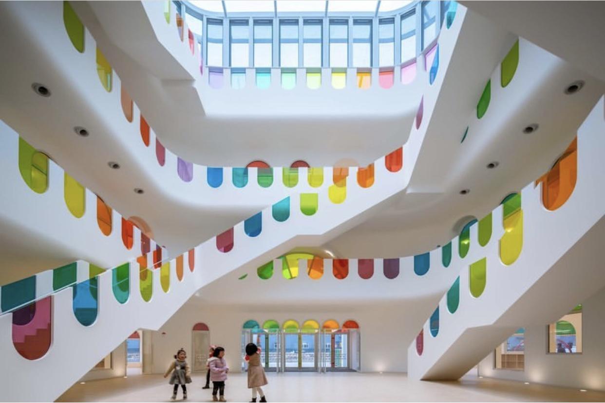 Arquitetura Escola Infantil - com 483 vitrais, o edifício tem arquitetura lúdica e original